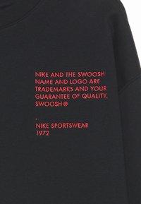 Nike Sportswear - CREW - Felpa - black/ember glow - 3