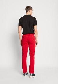 Tommy Hilfiger - DENTON FLEX   - Chino kalhoty - red - 2