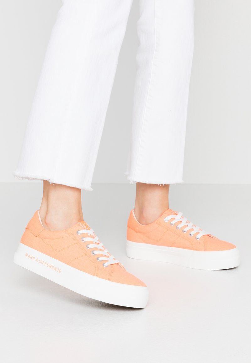 Tamaris - LACE-UP - Baskets basses - peach neon
