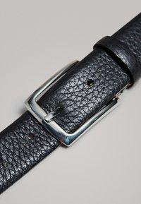 Massimo Dutti - MIT DOPPELTER SCHNALLE - Belt - black - 3