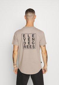 11 DEGREES - BOX GRAPHIC BACK - T-shirt print - brown/black - 0