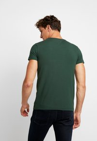 Tommy Hilfiger - STRETCH SLIM FIT TEE - T-shirt - bas - green - 2