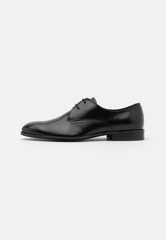 WEAVER DERBY - Zapatos con cordones - black