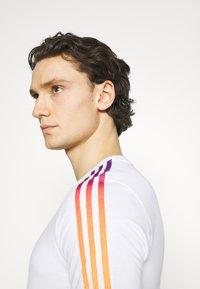 adidas Originals - STRIPE UNISEX - T-shirt imprimé - white/multicolor - 3