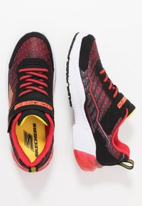 Skechers - THERMOFLUX 2.0 - Tenisky - black/red/lime - 1