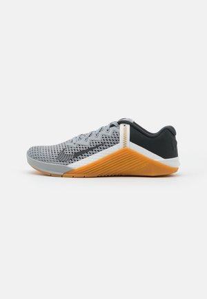 METCON 6 UNISEX - Sports shoes - light smoke grey/dark smoke grey/summit white