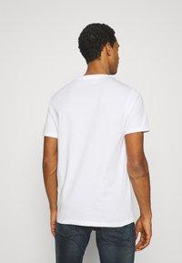 Levi's® - HOUSEMARK GRAPHIC TEE UNISEX - Print T-shirt - white - 2