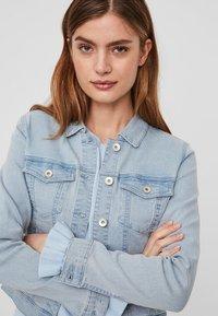 Vero Moda - VMHOT SOYA  - Veste en jean - light-blue denim - 2