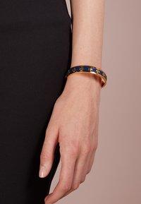 Tory Burch - RAISED LOGO CUFF - Bracelet - navy/gold-coloured - 1