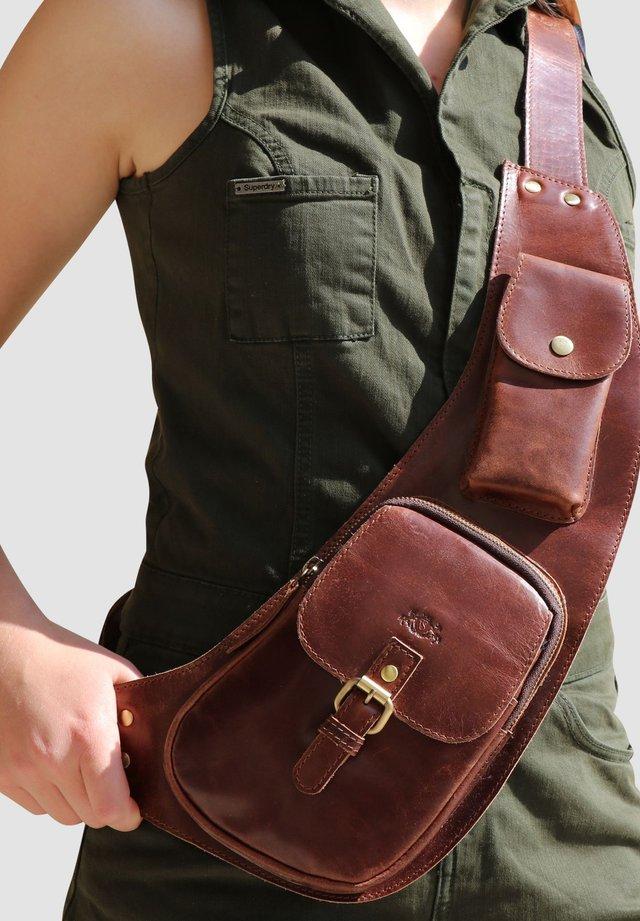 BODY BAG - DUDLEY - Across body bag - braun-cognac