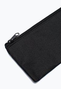 Hype - CREST - Pencil case - black - 2
