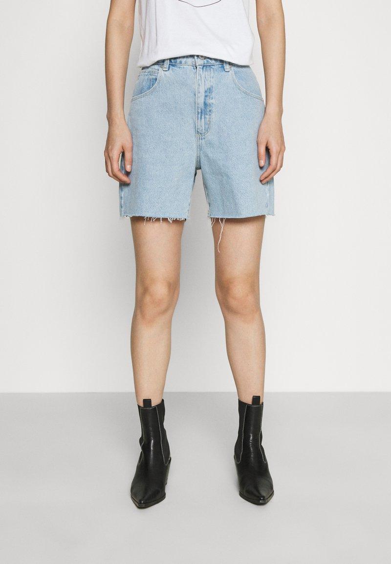Abrand Jeans - A CLAUDIA CUT OFF - Shorts di jeans - walk away