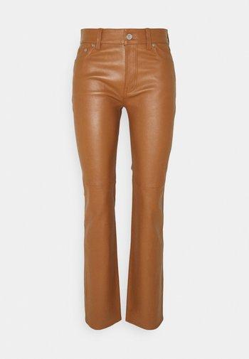 STRETCH PANT - Kožené kalhoty - brown