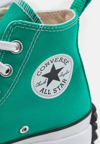 Converse - RUN STAR HIKE PLATFORM UNISEX - High-top trainers - court green/white - 5