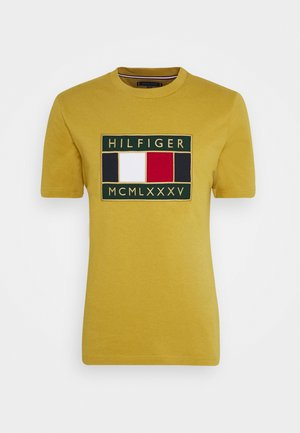 GLOBAL FLAG TEE - Print T-shirt - yellow