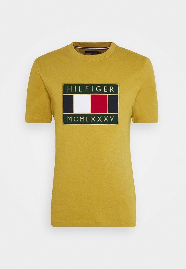 GLOBAL FLAG TEE - T-Shirt print - yellow