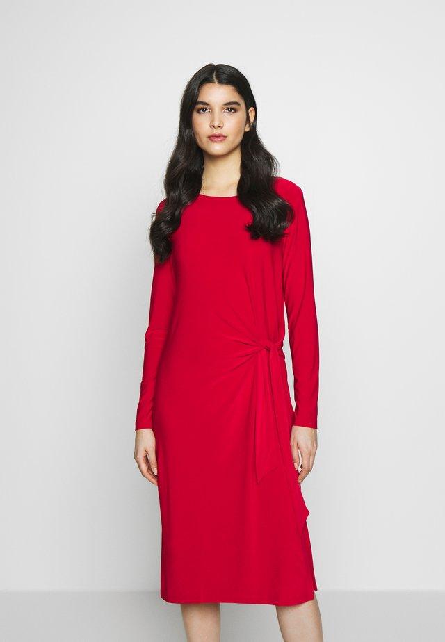 KNOT DETAIL DRESS - Sukienka z dżerseju - engine red