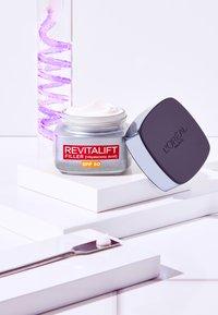 L'Oréal Paris Skin - REVITALIFT FILLER ANTI-AGE DAY CREAM SPF50 - Anti-Aging - - - 4