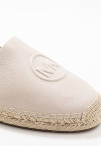 MICHAEL Michael Kors - Espadrillot - light cream - 2