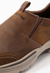 Skechers - EXPENDED - Półbuty wsuwane - dark brown - 5