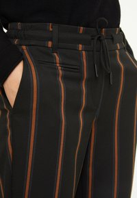 comma casual identity - IM JOGSTYLE - Trousers - grey stripes - 3