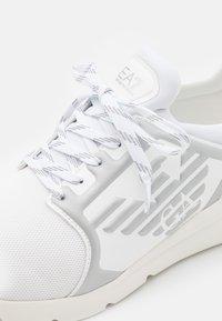EA7 Emporio Armani - UNISEX - Sneakers laag - white/silver - 5