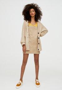 PULL&BEAR - MIT KNOPFLEISTE - Vest - beige - 1