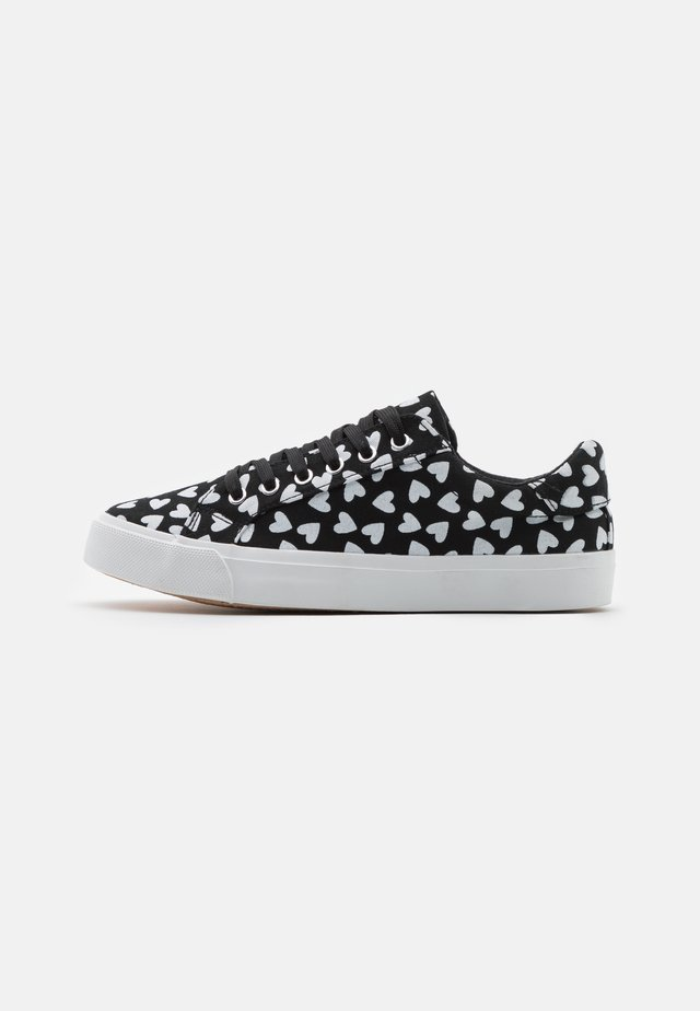 WIDE FIT BUSSELTON - Trainers - black/white
