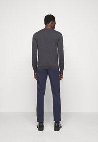 J.LINDEBERG - LYLE CREW NECK - Stickad tröja - dark grey melange - 2