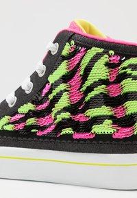 Skechers - FLIP-KICKS ZEBRA REVERSIBLE SEQUINS - Vysoké tenisky - black sparkle/neon pink - 5