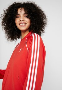 adidas Originals - SUPERSTAR ADICOLOR SPORT INSPIRED TRACK TOP - Giubbotto Bomber - lush red/white - 3