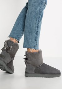 UGG - MINI BAILEY BOW - Stiefelette - grey - 0
