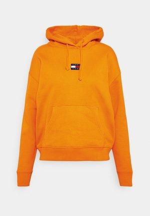 CENTER BADGE HOODIE - Hoodie - washed orange