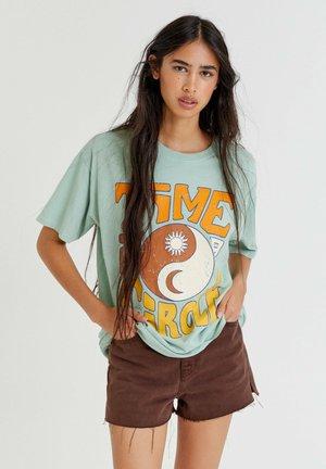 YIN YANG - Print T-shirt - green