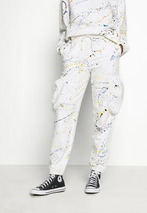 CUFFED JOGGER WITH SLOUCHY POCKETS - Pantalon de survêtement - off-white