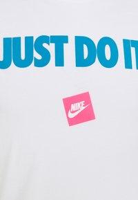 Nike Sportswear - TEE MONTH - T-shirt med print - white/laser blue - 6