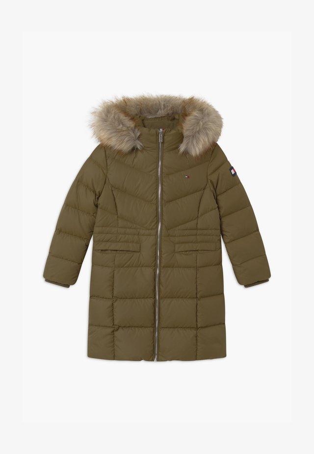 ALANA LONG - Kabát zprachového peří - green
