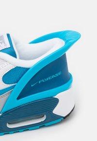 Nike Sportswear - AIR MAX 90 FLYEASE  UNISEX - Tenisky - white/laser blue/industrial blue - 5