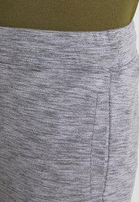 Jack & Jones Performance - JJIZSWEAT SHORT  - Sports shorts - light grey melange - 3