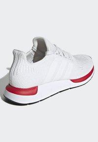 adidas Originals - SWIFT RUN RUNNING-STYLE SHOES - Trainers - white - 3