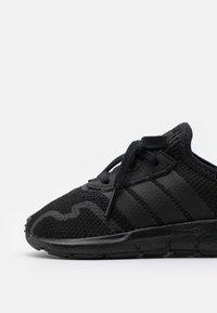 adidas Originals - SWIFT RUN UNISEX - Zapatillas - core black - 5