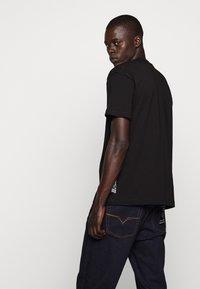 Versace Jeans Couture - LOGO - T-shirt imprimé - black - 4