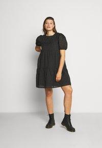 Glamorous Curve - TONAL CHECK TIERED DRESS - Denní šaty - black - 1