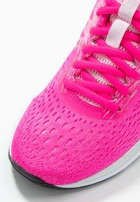 ASICS - GEL-EXCITE  - Obuwie do biegania treningowe - pink glow/white - 5