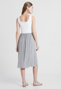 Seraphine - BRISTOL BUTTON DETAIL NURSING DRESS 2-IN-1 - Strikket kjole - white/sand - 2
