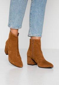 Vagabond - OLIVIA - Classic ankle boots - caramel - 0