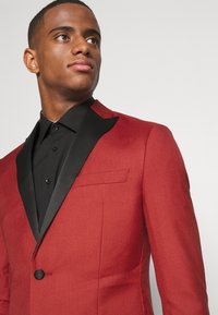 Isaac Dewhirst - THE TUX - Dress - red - 6