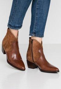 Maripé - Cowboy/biker ankle boot - triumph cigar - 0