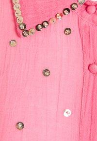 MANÉ - SEREN SHIRT DRESS - Sukienka koszulowa - coral/gold - 2