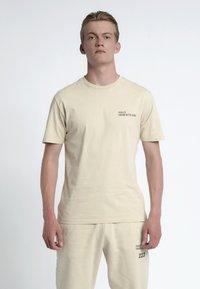 HALO - T-shirts print - sand - 1